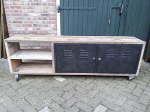 Afbeelding van metalen tv locker met steigerhout