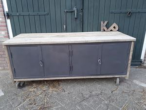 Afbeelding van uniek industrieel tv meubel