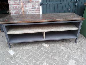 Afbeelding van metalen tv meubelmet roestig blad